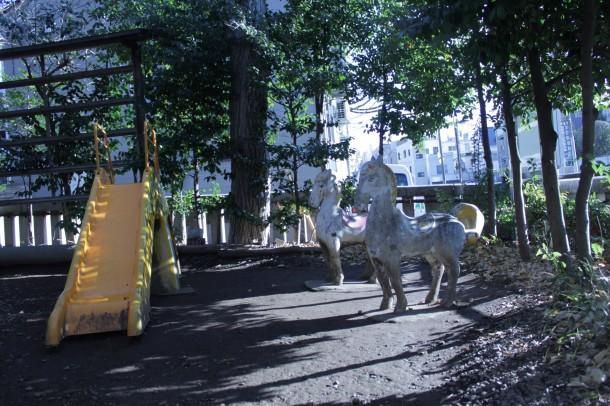 池袋御嶽神社境内の遊具