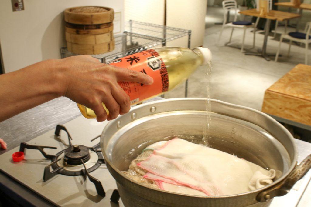 酢を使ってふきんの煮沸。
