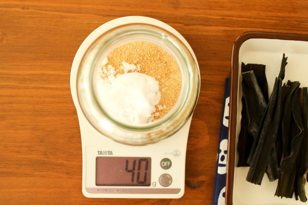 保存容器にてんさい糖、天然塩を入れる。