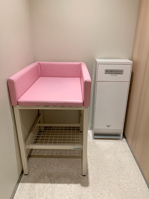 WACCA池袋 授乳室のオムツ替えベビーベッド